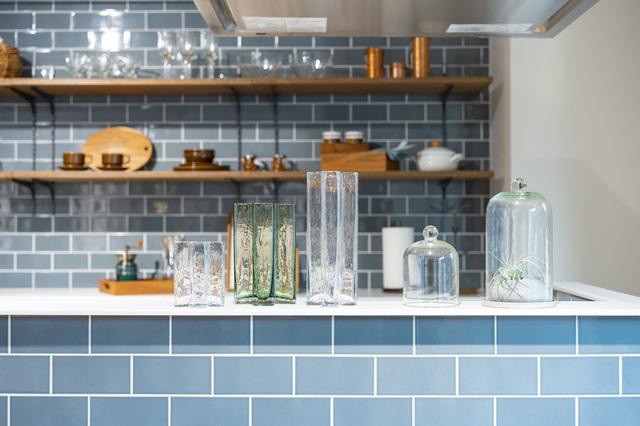 淡いブルーのカラータイルを使用したキッチン