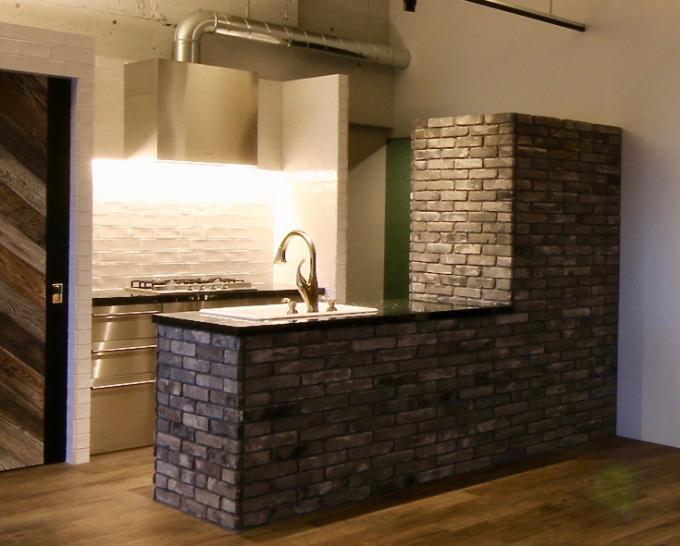 サブウェイタイルとレンガを使用したキッチン