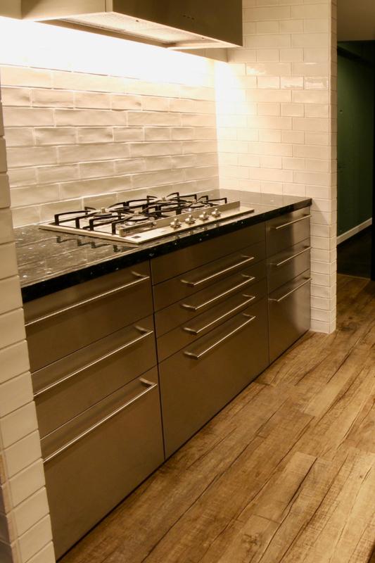 サブウェイタイルを使用したキッチン