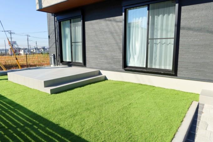 芝生とモノトーンの外観/注文住宅実例