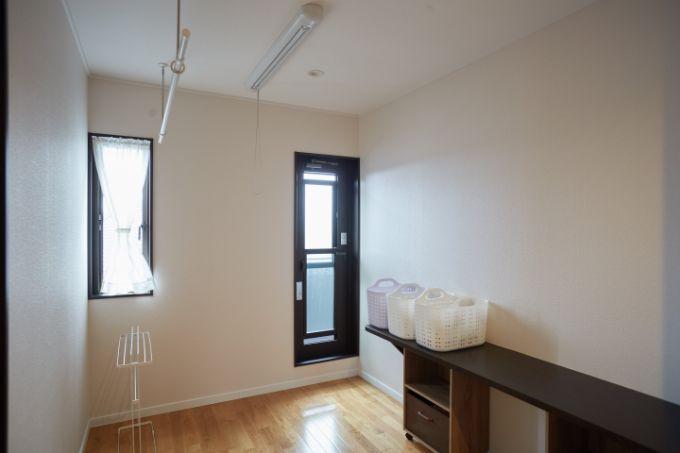 部屋干しやアイロンがけ、ミシンも使える広々としたランドリールーム/注文住宅実例