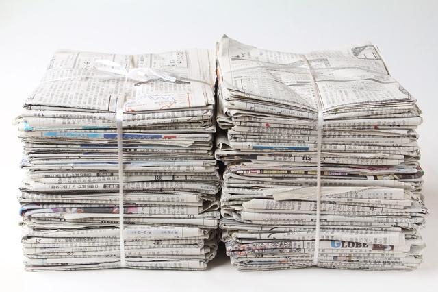 束ねられた新聞紙