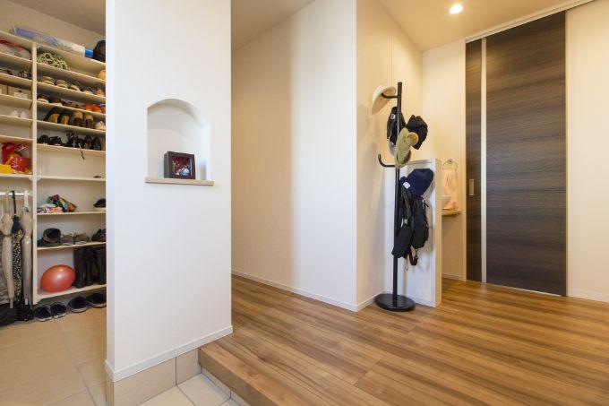 お出かけの動線がスムーズになるよう収納を豊富に取り付けた玄関/注文住宅実例