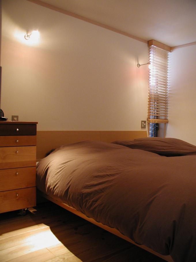 電球色のライトを使った寝室
