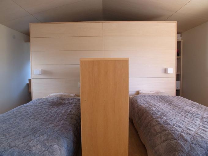 左右にライトを設置した寝室