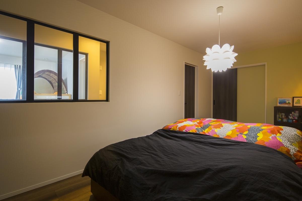 ペンダントライトのある寝室