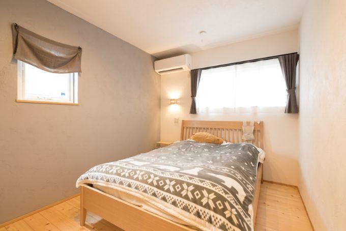 壁に間接照明を設置した寝室