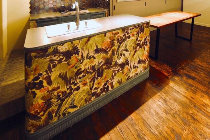 トロピカルな壁紙を使用したキッチン