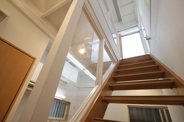透明な壁で仕切られた階段
