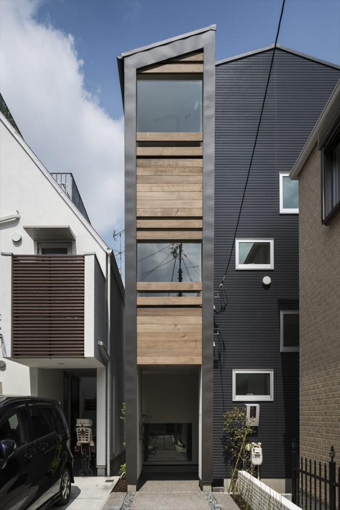 3階建ての戸建ての外観
