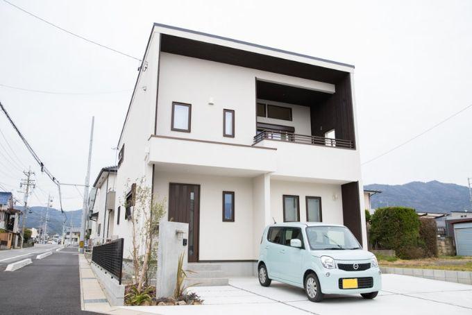 白い外壁とダークブラウンの木材がアクセントになる外観/注文住宅実例