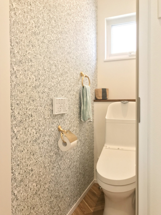 絵本のデザインのクロスを使用したトイレ