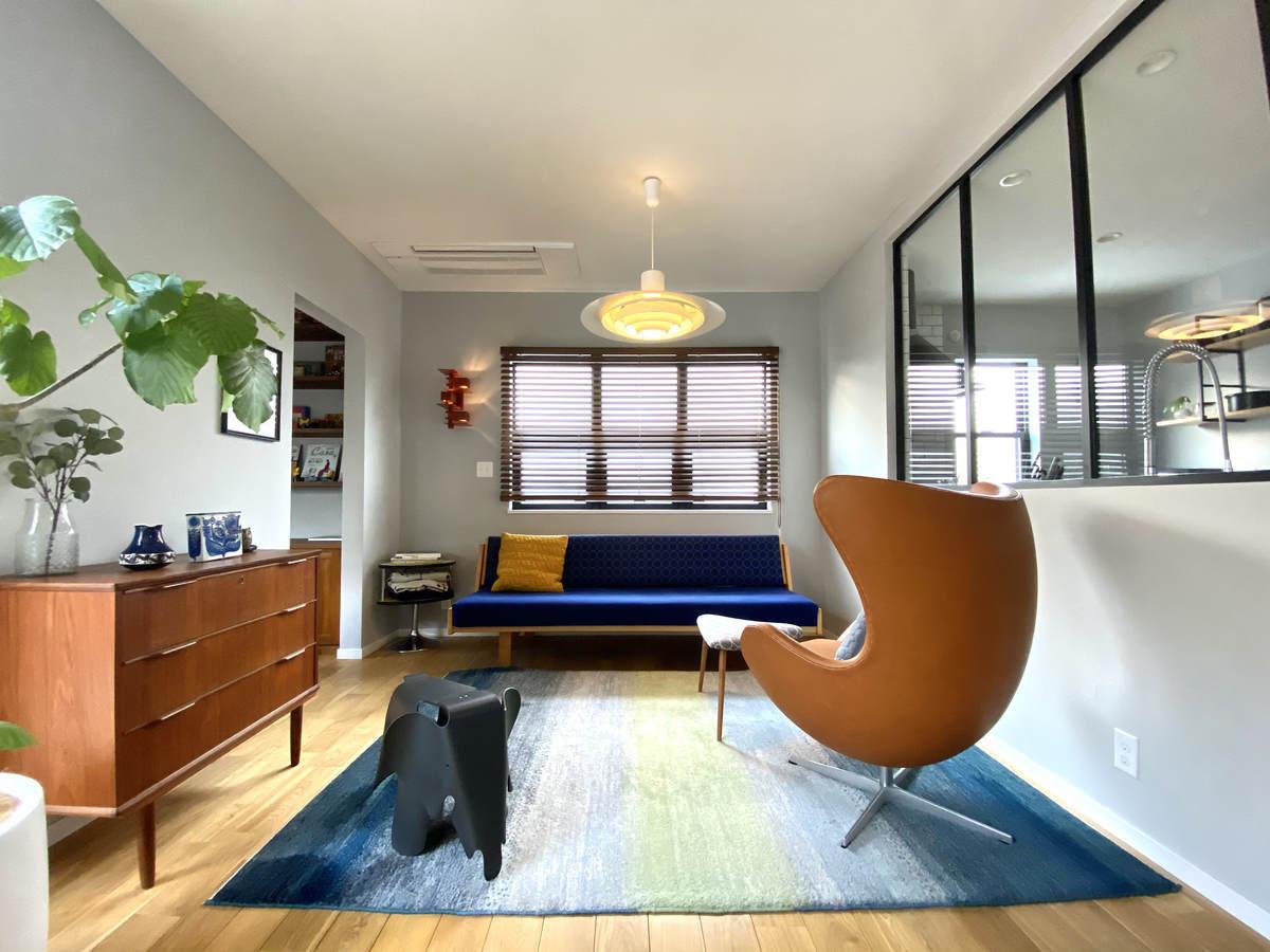デザイン性の高い椅子を配置した空間