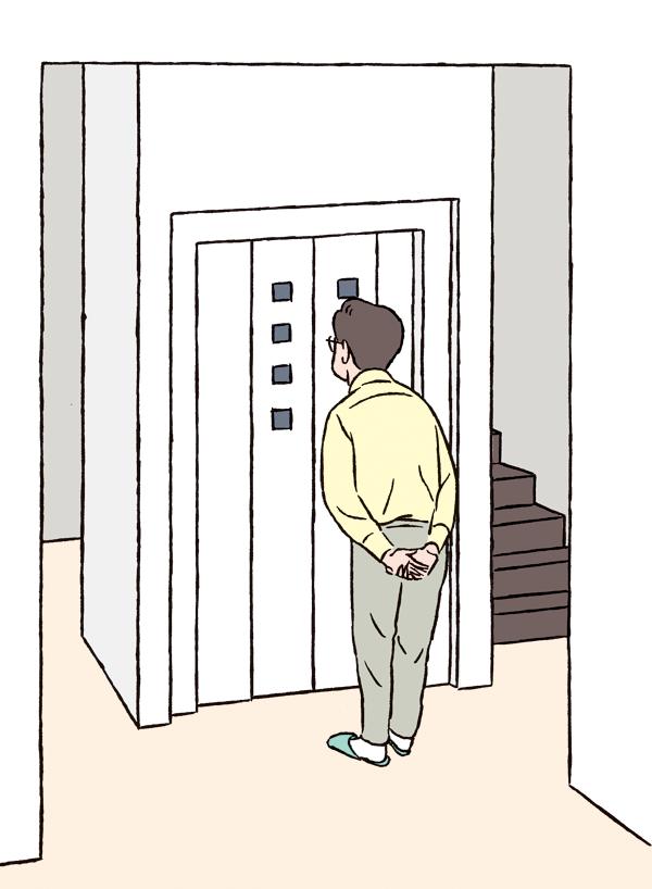 ホームエレベーターの前に立つ男性