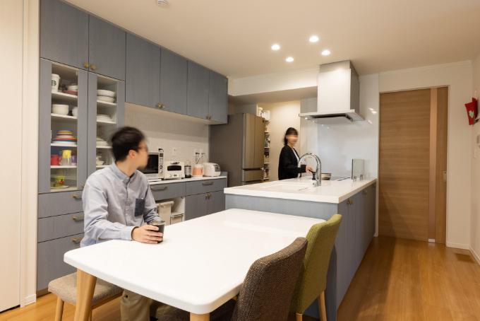 ブルーとホワイトを組み合わせたキッチン/注文住宅実例