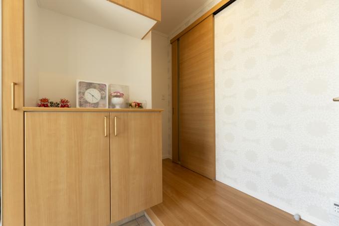 花柄のアクセントクロスを使用した玄関/注文住宅実例