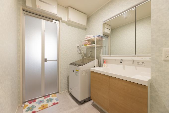 ブルー系のクロスをあしらった洗面室/注文住宅実例