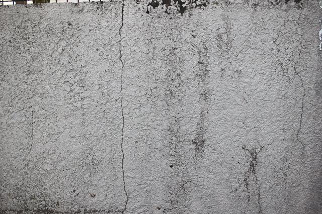 クラックが入ったモルタルの外壁