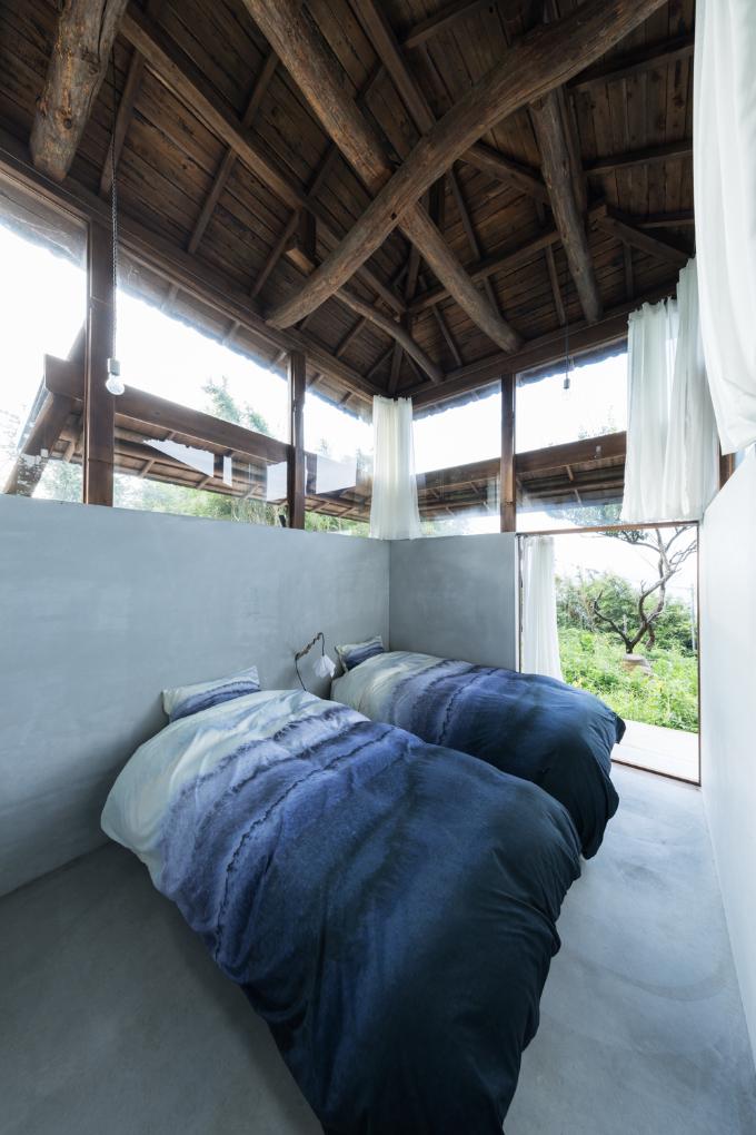 モルタルで仕上げた寝室