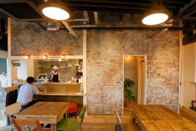 モルタルで造形したカフェの内装