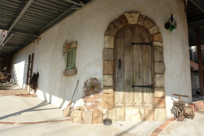 モルタルで造形したフェイクの扉