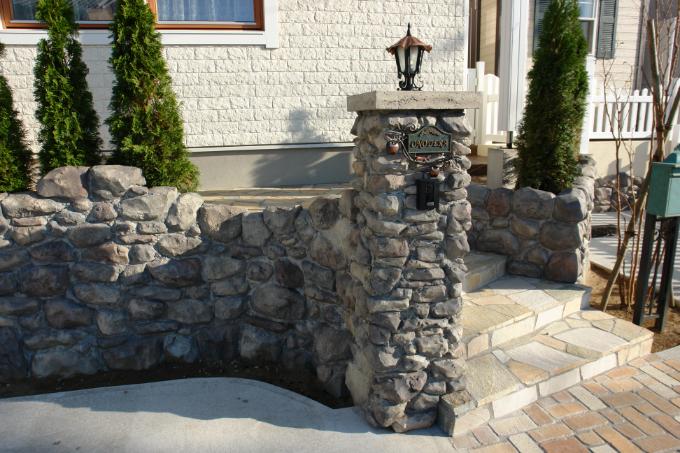 モルタルで造形した石積み風の塀