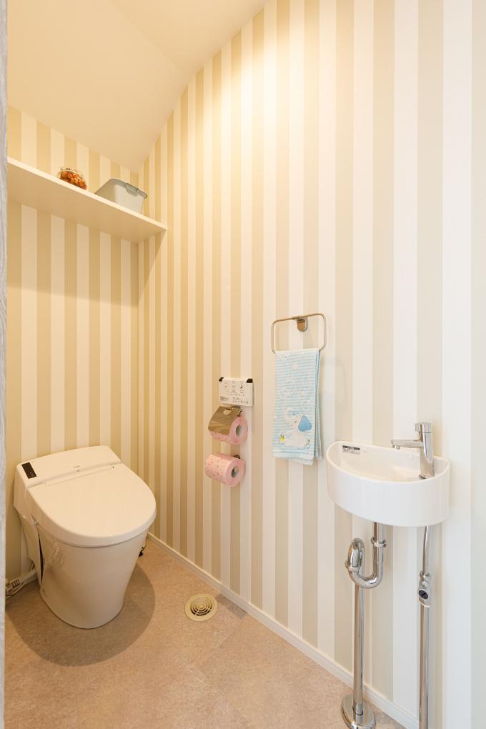 暖色系の壁紙を使ったトイレ