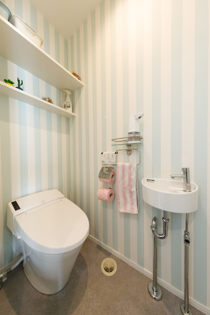 寒色系の壁紙を使ったトイレ