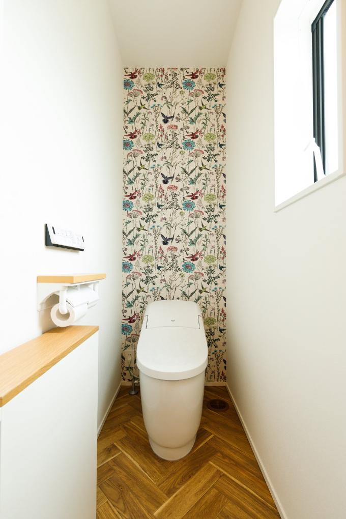 華やかなアクセントクロスをあしらったトイレ