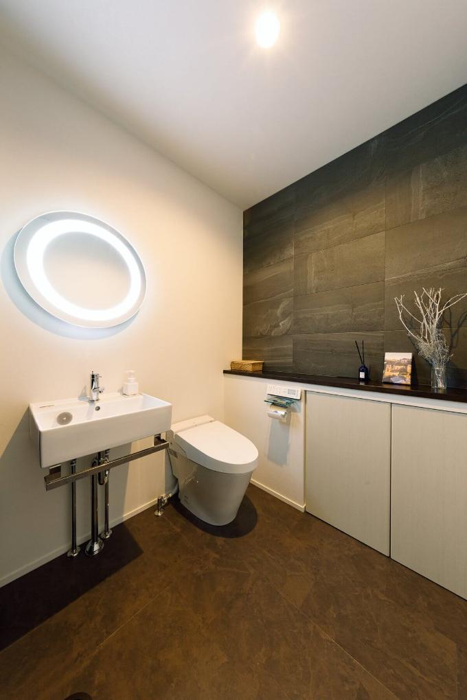 タイルや間接照明を使用したトイレ