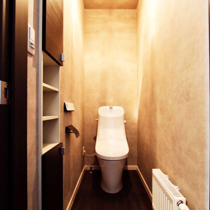 打ちっぱなしのコンクリートのイメージした壁紙のトイレ/注文住宅実例