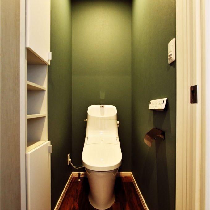グリーンの壁紙があしらわれたトイレ/注文住宅実例