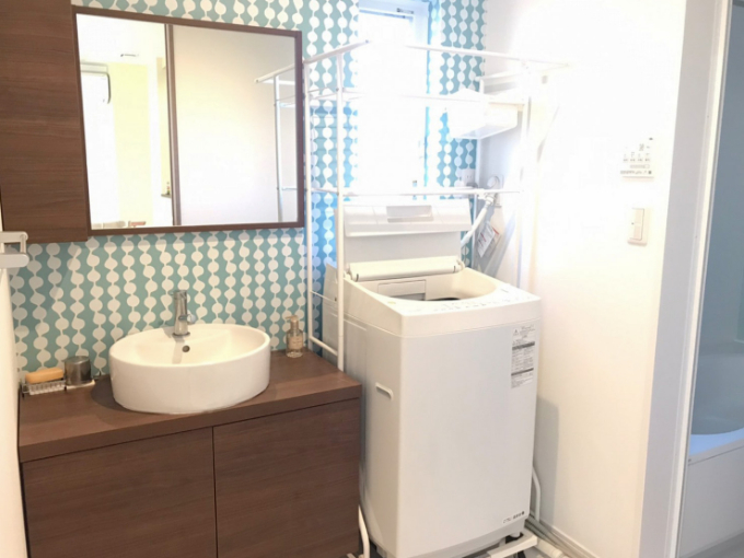 青いクロスがかわいらしい雰囲気の洗面室/注文住宅実例