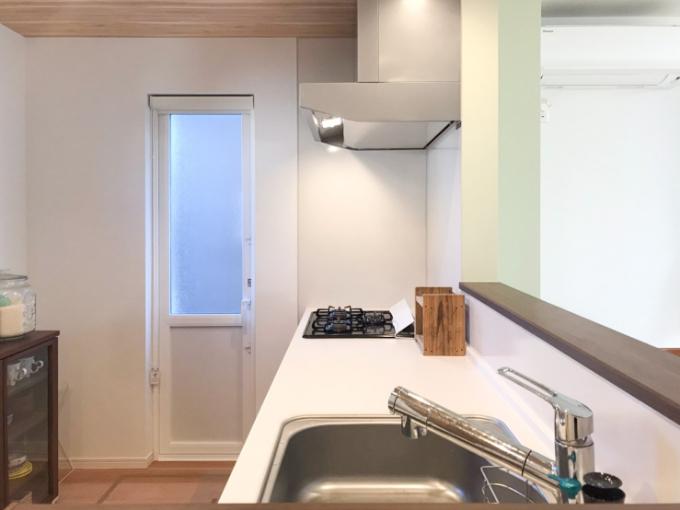 木目調のクロスで仕上げたキッチン/注文住宅実例