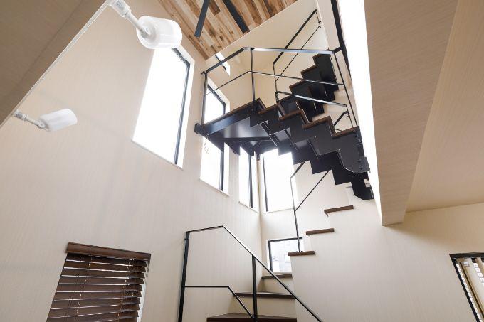 吹抜けに設けた明るく開放感あふれる階段/注文住宅実例