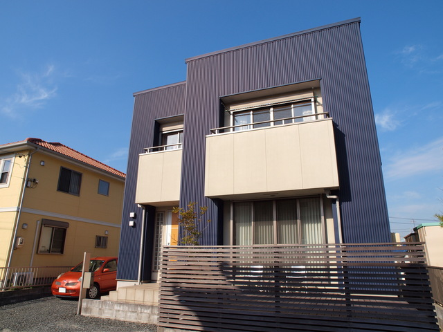 黒系のガルバリウム鋼鈑を外壁に使った住宅