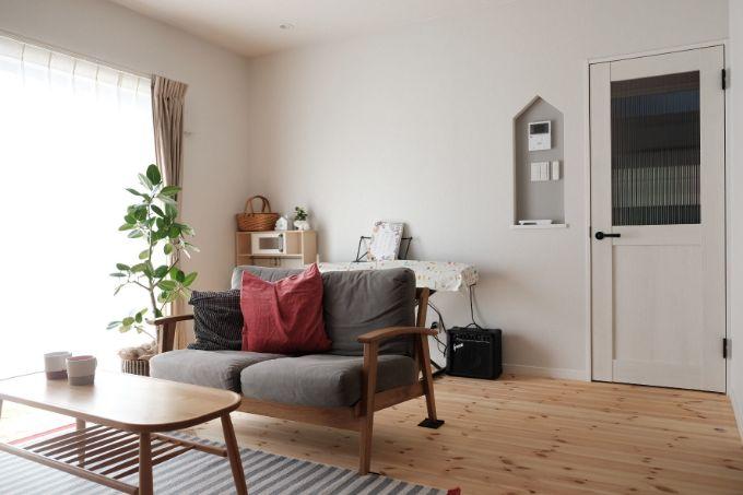 家の形のニッチが印象的なリビング/注文住宅実例