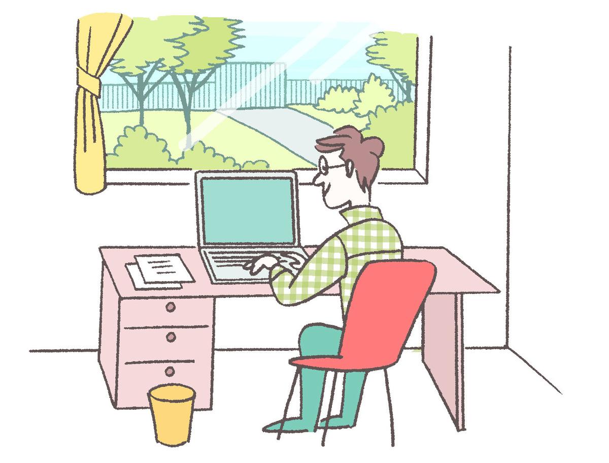 広めのワークスペースで在宅勤務する男性、大きな窓の外には緑が見える