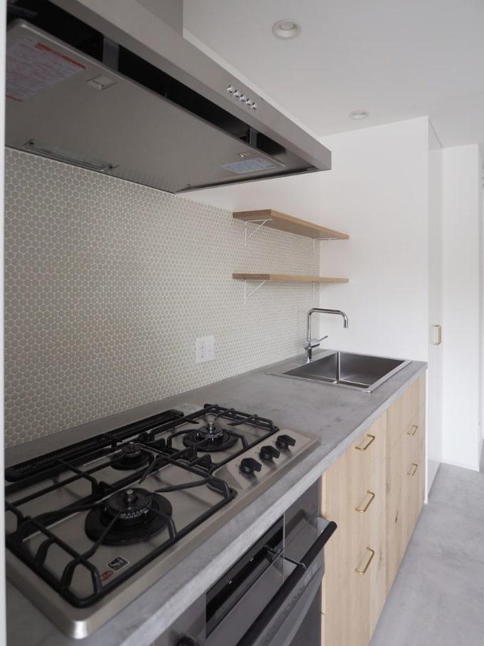 モルタル床のキッチン