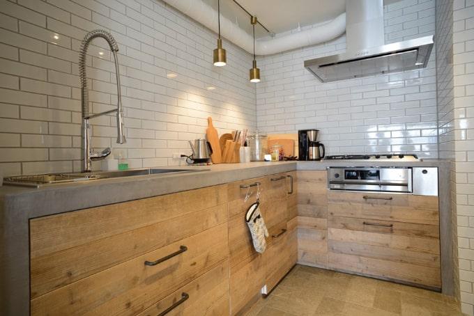 天板をモルタルにして古材と組み合わせたたキッチン