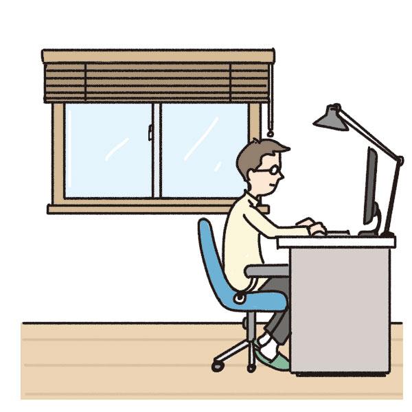 腰高窓のある部屋でパソコンを使う男性