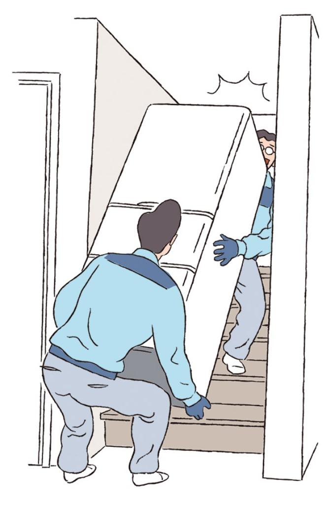 冷蔵庫を二人がかりで運んでいる様子
