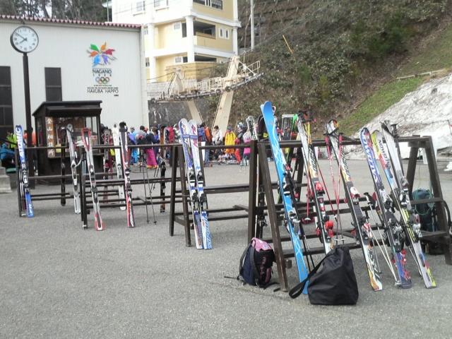 ゴンドラ乗り場前はスキーの板ばっかり