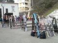 [ゲレンデ][八方尾根]ゴンドラ乗り場前はスキーの板ばっかり