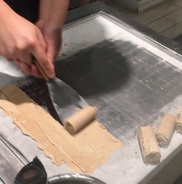 ロールアイスクリームファクトリーのアイスの丸める作り方