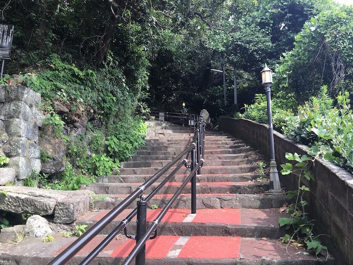 伊豆大島の波浮港までの階段