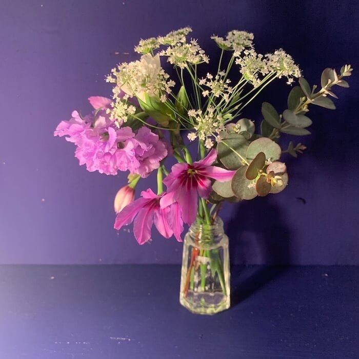 FLOWERアプリで届いた花を花瓶にいれて飾ってみた