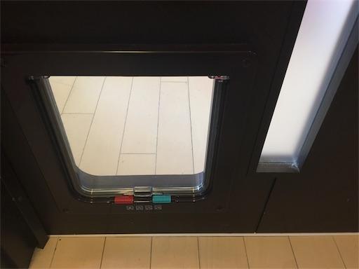 取り付けた表のキャットドア