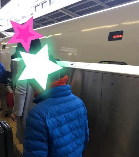 新幹線に乗り込む子供