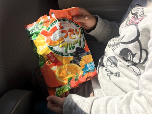 飴の袋を持っている子供の手